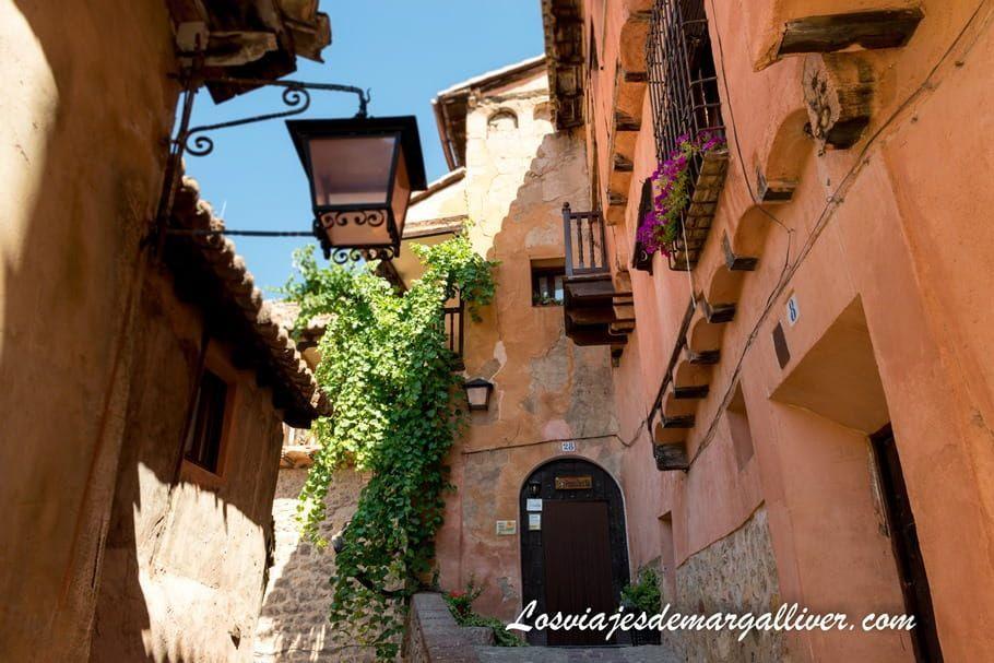 calle Santiago , una de las más bonitas de Albarracín, qué ver en Albarracín - Los viajes de Margalliver