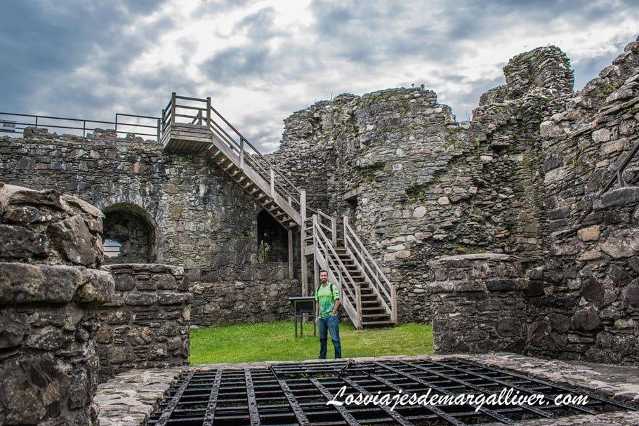 Kike en el interior del castillo de Dunstaffnage en Escocia - Los viajes de Margalliver