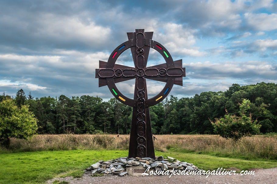Cruz celta en las afueras del pueblo de Luss , cerca del lago Lomond en escocia - Los viajes de Margalliver