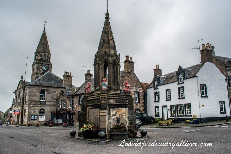 Falkland , pero en la serie Outlander este pueblo se hace pasar por Inverness - Los viajes de Margalliver