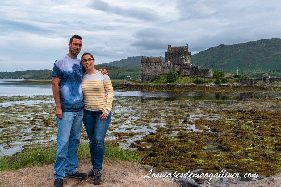 El equipo Margalliver con el castillo Eilean Donan de fondo en Escocia - Los viajes de Margalliver