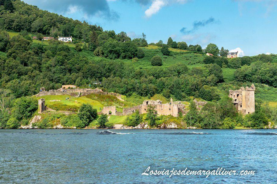 Vista de las ruinas del castillo de Urquhart desde el Lago Ness - Los viajes de Margalliver