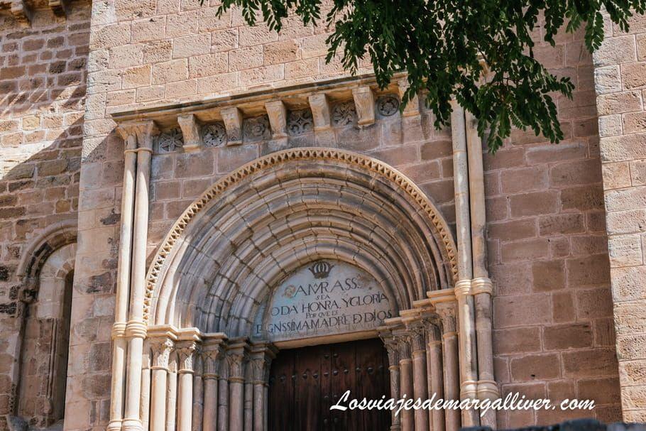 Detalle fachada iglesia de Santa Clara en Molina de Aragón - Los viajes de Margalliver