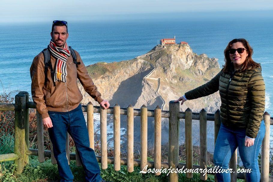 Kike y Margalliver en el mirador de San Juan de Gaztelugatxe - Los viajes de Margalliver