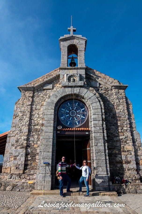 Kike y Margalliver tocando la campana 3 veces en la ermita de San Juan de Gaztelugatxe - Los viajes de Margalliver