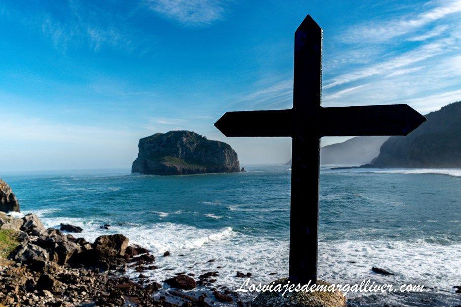 Cruz del viacrusis de San Juan de Gaztelugatxe en el país Vasco - Los viajes de Margalliver