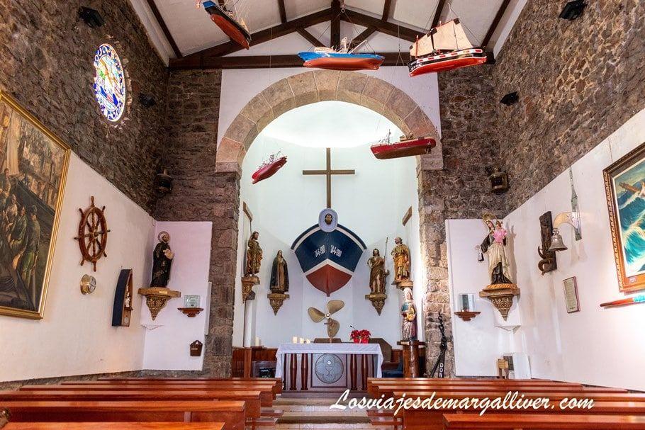 Interior ermita de San Juan de Gaztelugatxe en el país vasco - Los viajes de Margalliver