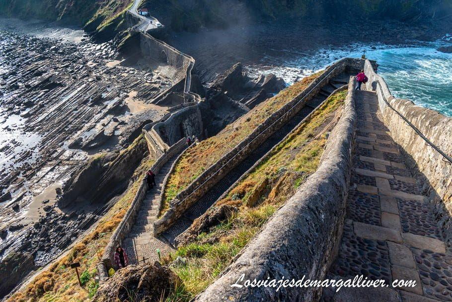 Casi llegando a la ermita de San Juan de Gaztelugatxe - Los viajes de Margalliver