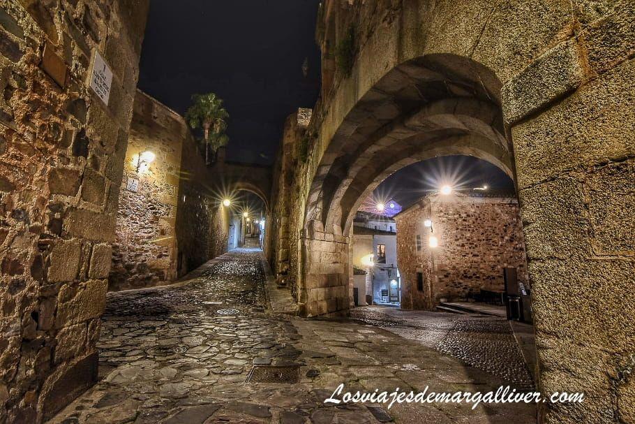 Arco de la Estrella de Cáceres de noche