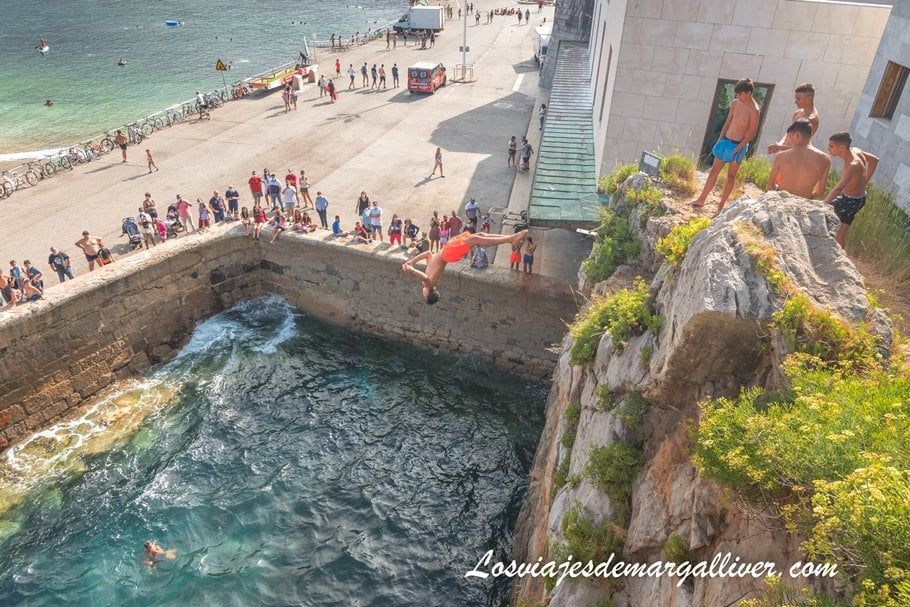 Jóvenes tirándose al agua desde el puente medieval de Castro Urdiales - Los viajes de Margalliver