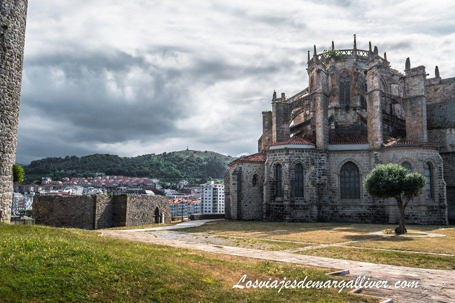 Iglesia de Santa María de la Asunción junto a las ruinas de la ermita de San Pedro en Castro Urdiales - Los viajes de Margalliver