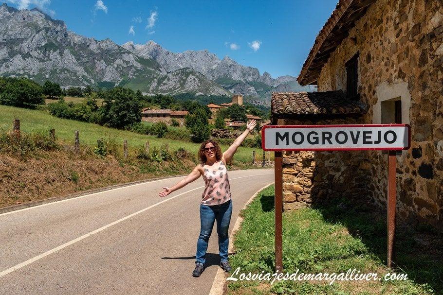 Margalliver en el cartel de entrada a Mogrovejo en Cantabria - Los viajes de Margalliver