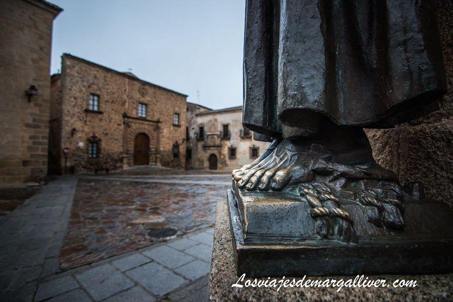 Pies de la escultura de San Pedro en Cáceres