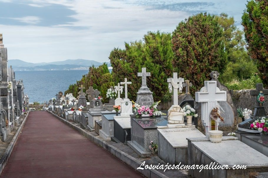 Una de las calles del cementerio de Castro Urdiales con vistas al mar - Los viajes de Margalliver