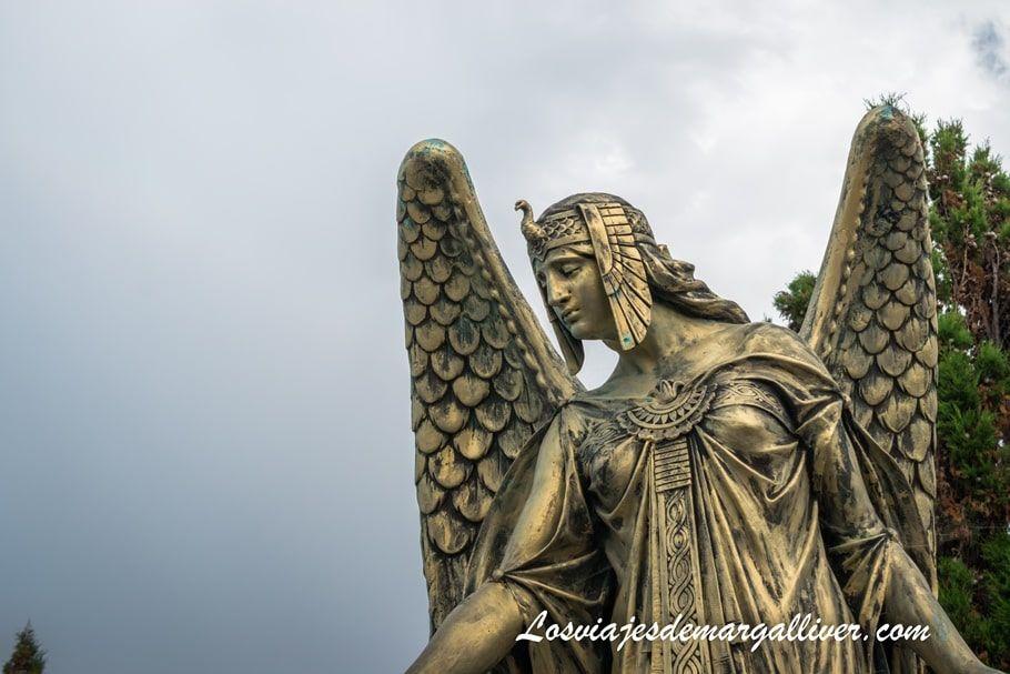 Detalle de uno de los panteones más bonitos del cementerio de Castro Urdiales - Los viajes de Margalliver