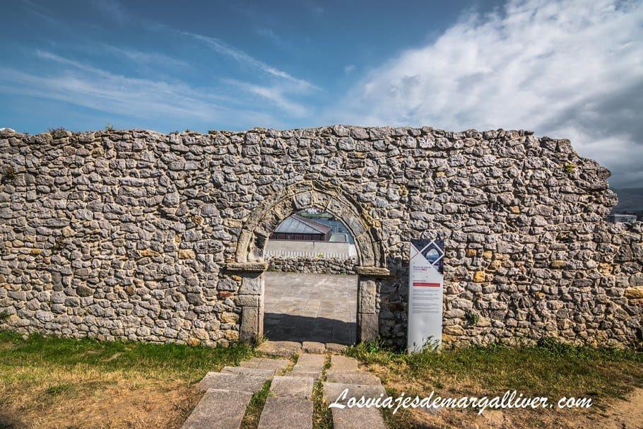 lo que queda de la antigua ermita de San Pedro en Castro Urdiales