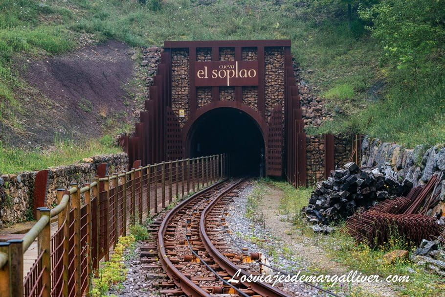 Entrada a la cueva de El Soplao a través de la via minera, Cantabria - Los viajes de Margalliver