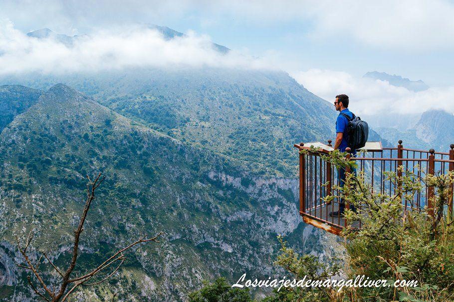 Kike en el mirador de Santa Catalina , en la ruta en coche por Cantabria - Los viajes de Margalliver
