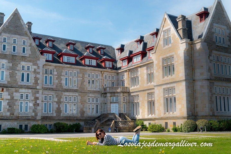 Margalliver tumbada frente al palacio de la Magdalena en Santander - Los viajes de Margalliver