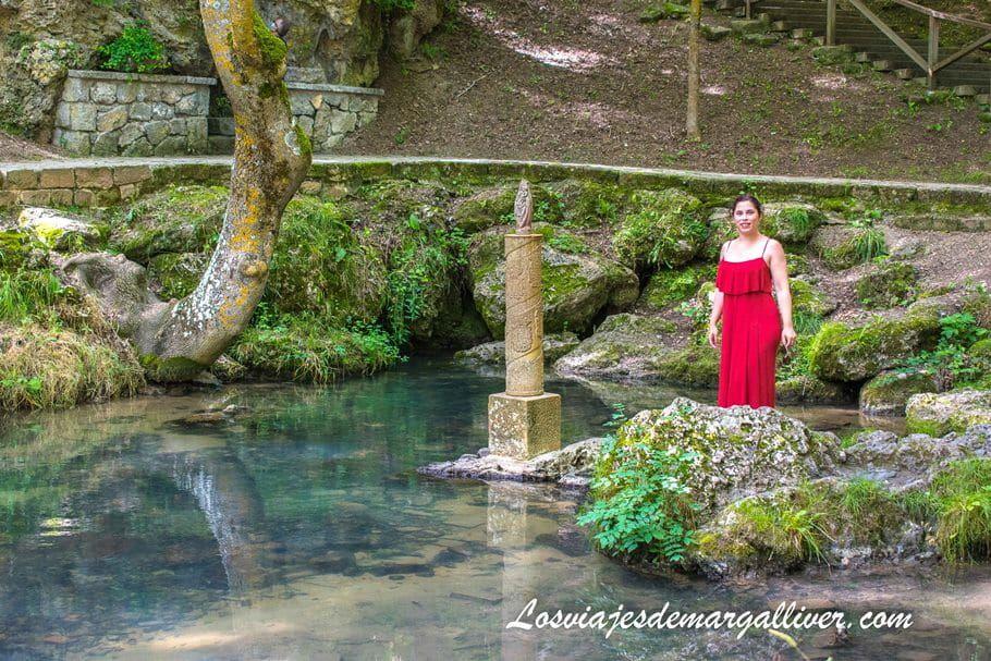 Margalliver con la estatua de la virgen del Pilar del nacimiento del río Ebro en Cantabria - Los viajes de Margalliver