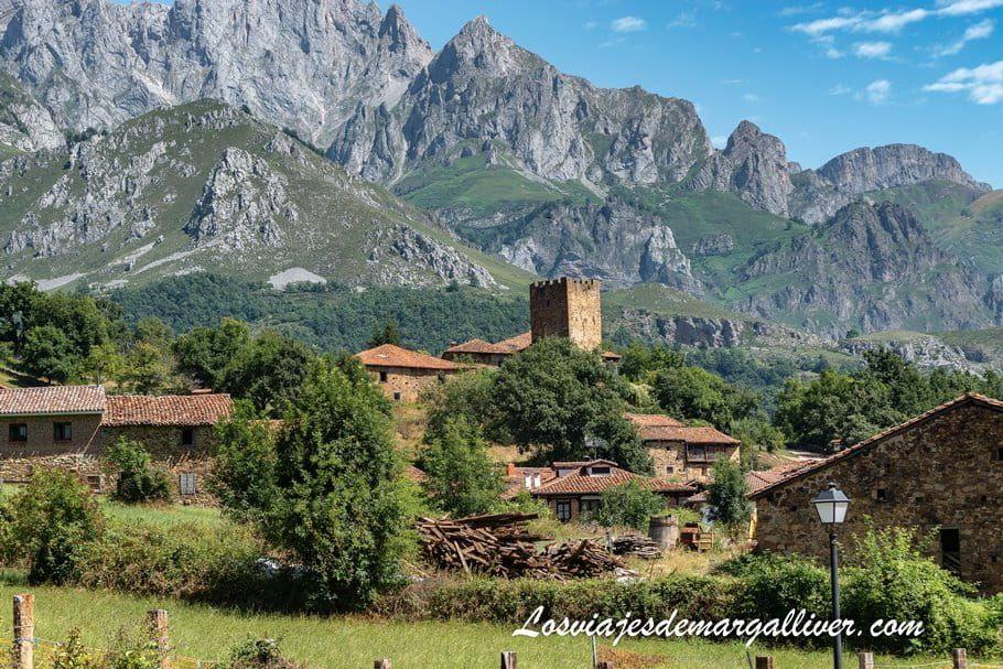 Mogrovejo con los Picos de Europa a su espalda, en Cantabria - Los viajes de Margalliver
