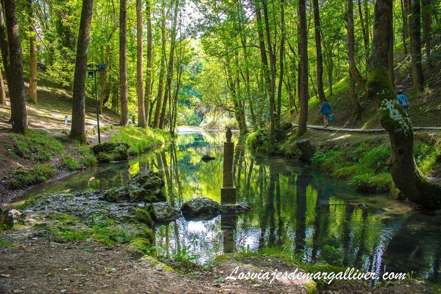 paisaje precioso del nacimiento del río Ebro en Fontibres, Cantabria - Los viajes de Margalliver