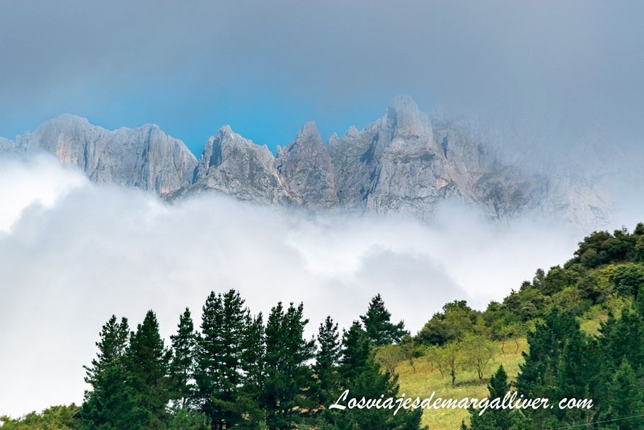 Picos de Europa vistos desde Potes en nuestra ruta por Cantabria en coche - los viajes de Margalliver