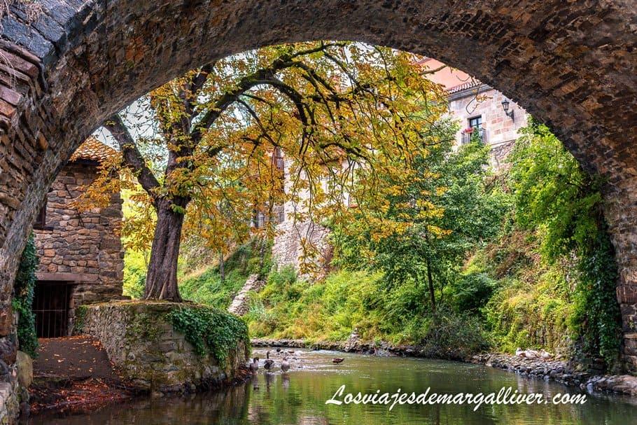 Rincón precioso debajo de uno de los puentes de Potes, en Cantabria - Los viajes de Margalliver