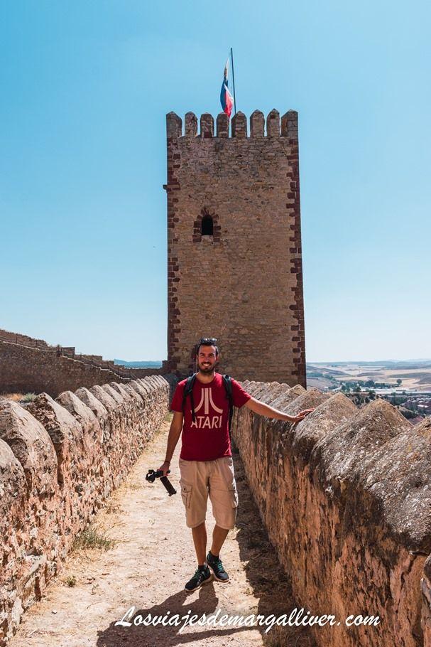 Kike visitando el castillo de Molina de Aragón con sus zapatillas Tropicfeel - Los viajes de Margalliver