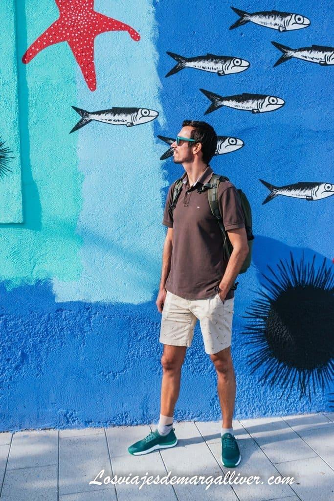 Kike con las zapatillas Tropicfeel Jungle a juego con el mosaico de Tarragona - Los viajes de Margalliver