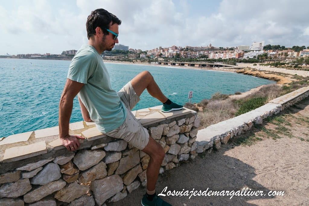 Kike en la punta del Miracle en Tarragona con sus zapatillas tropifeel Jungle - Los viajes de Margalliver