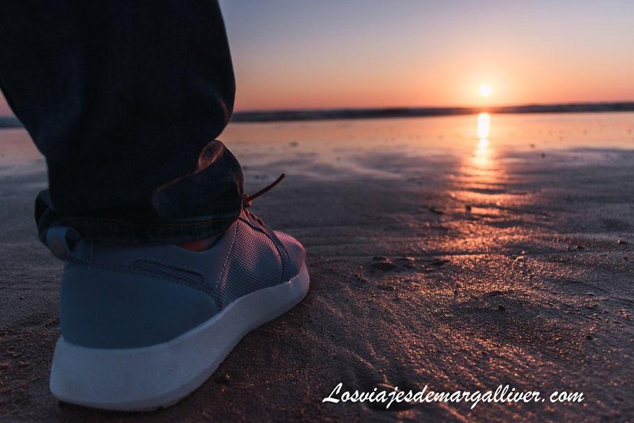 zapatillas viajeras tropicfeel junto a un atardecer en la playa - Los viajes de Margalliver