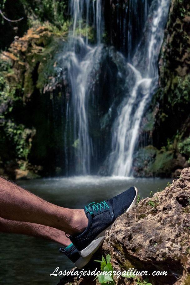 Kike en la sierra norte de Sevilla con sus zapatillas Tropicfeel - Los viajes de Margalliver