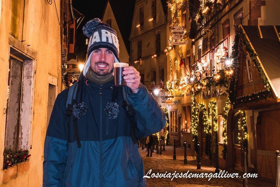 Kike entrando en calor con el vino caliente típico navideño en Kaysersberg - Los viajes de Margalliver