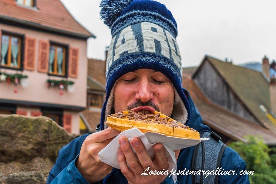 Kike disfrutando de un gofre con chocolate en Kaysersberg - Los viajes de Margalliver