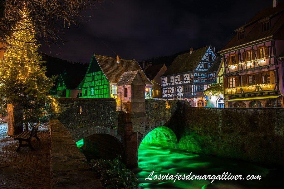 Puente fortificado iluminado de noche en Kaysersberg en Navidad - Los viajes de Margalliver