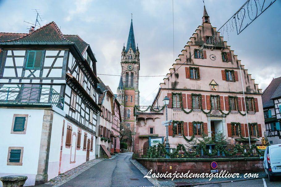 Imponente torre de de la iglesia de Sante Etienne en Dambach-la-ville, Alsacia - los viajes de Margalliver