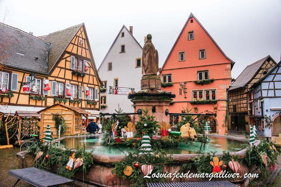plaza de Saint-Leon decorada en Navidad en Eguisheim - Los viajes de Margalliver