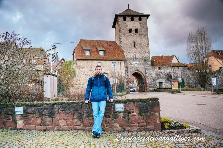 Kike con la puerta de entrada a Dambach-la-ville a sus espaldas - Los viajes de Margalliver