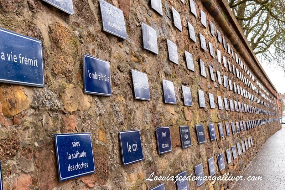 Obra de arte contemporánea con 310 placas de calles en Selestat - Los viajes de Margalliver