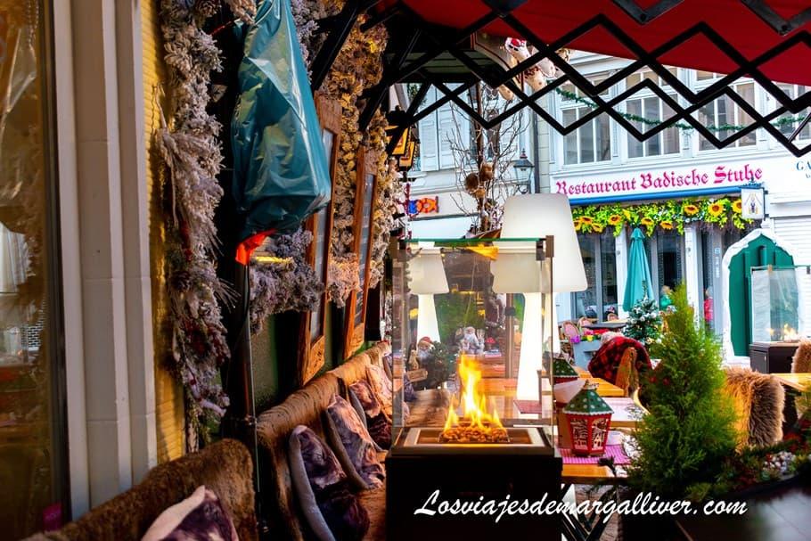 Cafetería con una terraza con chimenea y mantas para abrigarse del frio en Baden-Baden - Los viajes de Margalliver