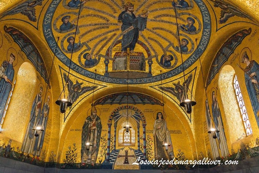 Interior de la Capilla de los Ángeles con un color dorado espectacular , en el santuario del monte Sainte Odile- Los viajes de Margalliver