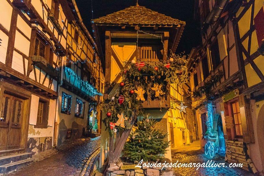 El famoso pigeonnier o palomar de Eguisheim de noche en Navidad - Los viajes de Margalliver