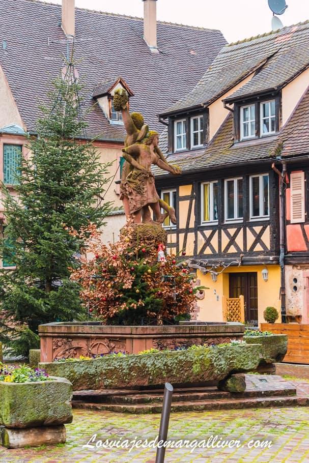 Fuente con la estatua de la pareja recogiendo la vid en Kientzheim - Los viajes de Margalliver