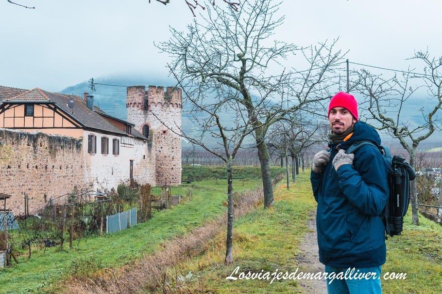 Kike recorriendo la muralla de Kientzheim en nuestra ruta por Alsacia en Navidad - Los viajes de Margalliver