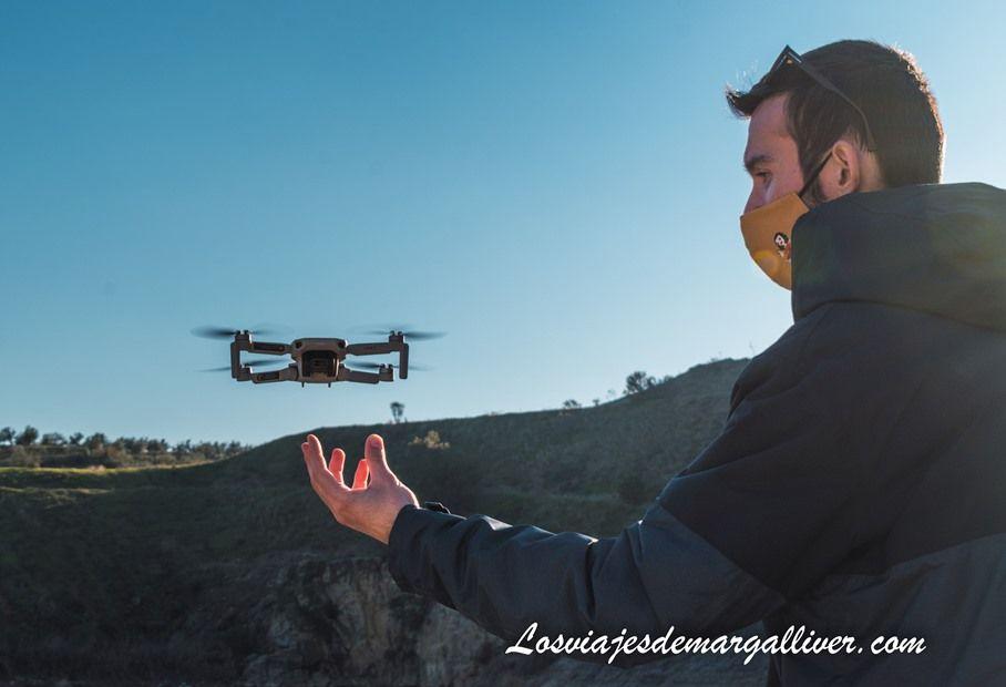 """Kike volando nuestro dron """"Margallivair"""" en el Lago Azul - Los viajes de Margalliver"""