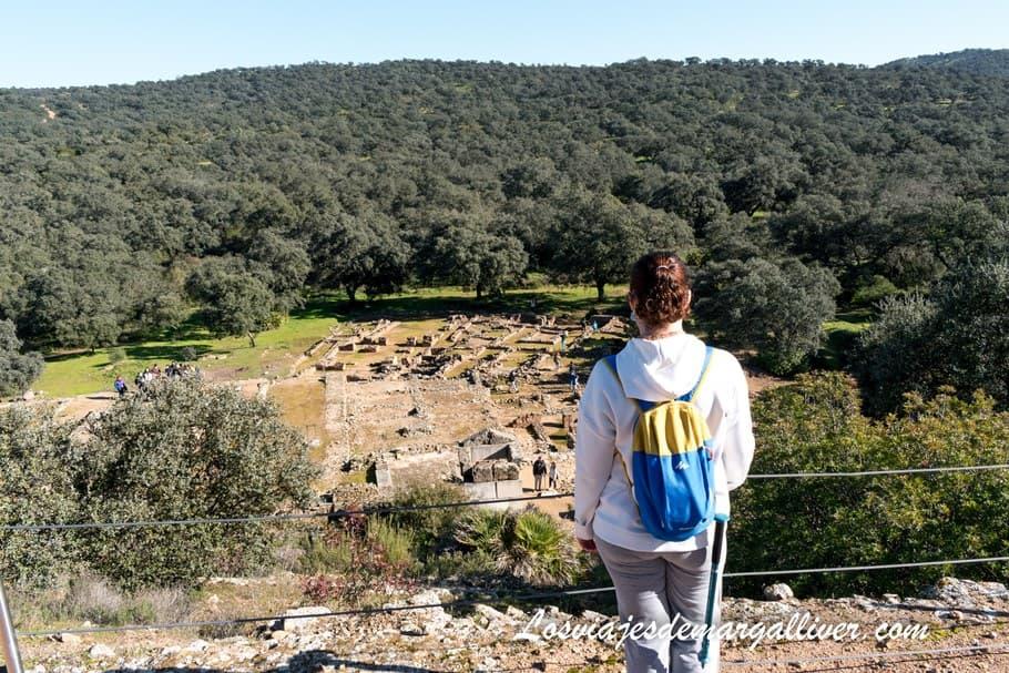 Margalliver apreciando las vistas desde el Santuario de Terrazas en Munigua - Los viajes de Margalliver