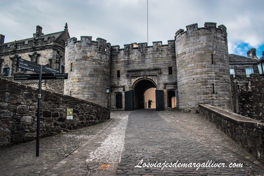 Puerta de entrada al castillo de Stirling en la ruta de castillos por Escocia - Los viajes de Margalliver