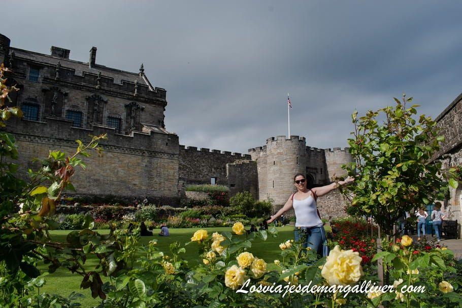 Margalliver en el jardín del castillo de Stirling en Escocia - Los viajes de Margalliver
