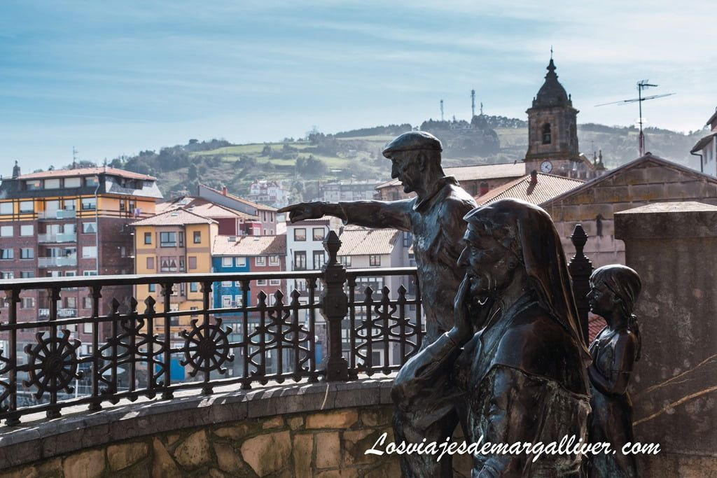 Escultura de marineros en Bermeo, un pueblo pesquero del país vasco - Los viajes de Margalliver
